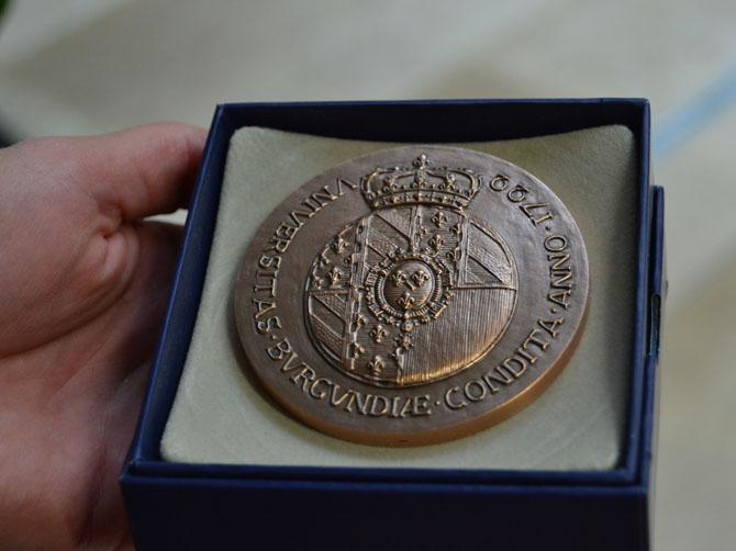 Médaille de l'université de Bourgogne offerte à Malu Dreyer.