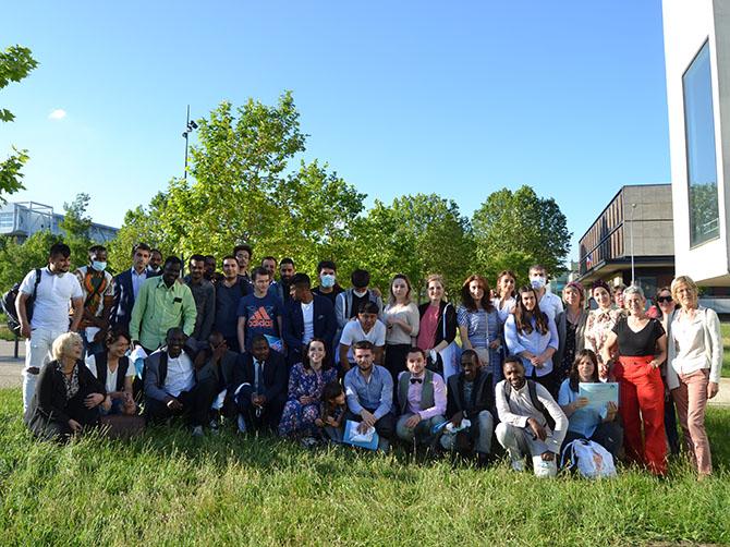 Les étudiants réfugiés avec leurs enseignants et accompagnateurs après la remise de diplômes.